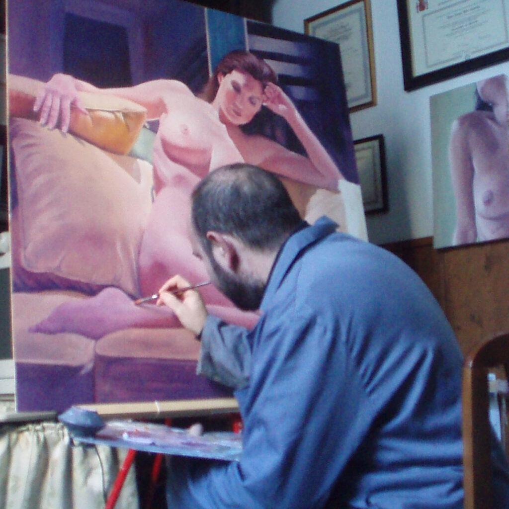 desnudo en el sofa